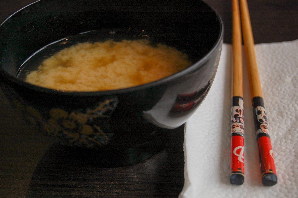 Självservering av misosoppa som ingår i lunchen.
