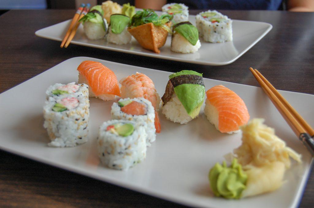 En vegetarisk sushi och en med fisk.