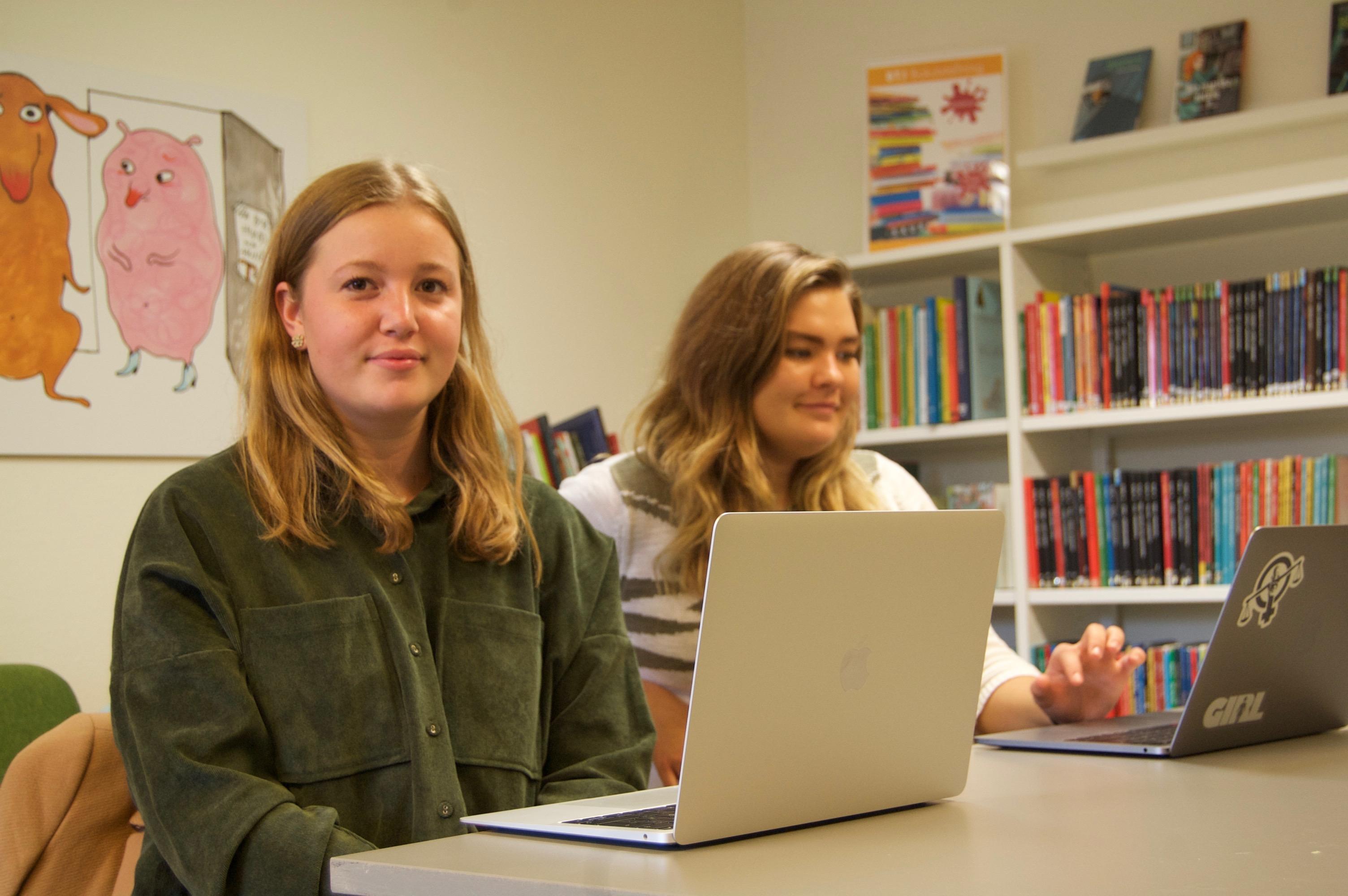 Alice Thörn och Josefin Bergman Larsson svarar efter förmåga, dock aldrig ekonomisk upplysning. Foto: Lenke Morath