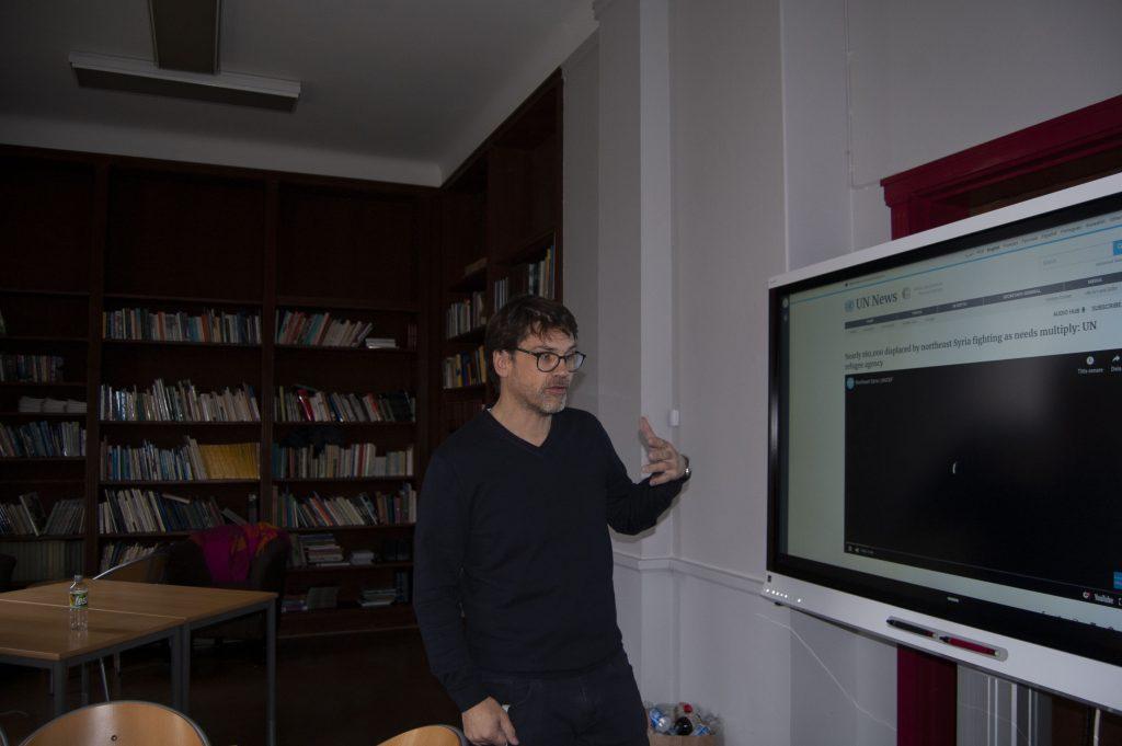 David Trenneman låter ibland sina elever gå in på FN:s hemsida för att skapa en förståelse för dess komplicerade organisation. Foto: Carolina Svalbacke