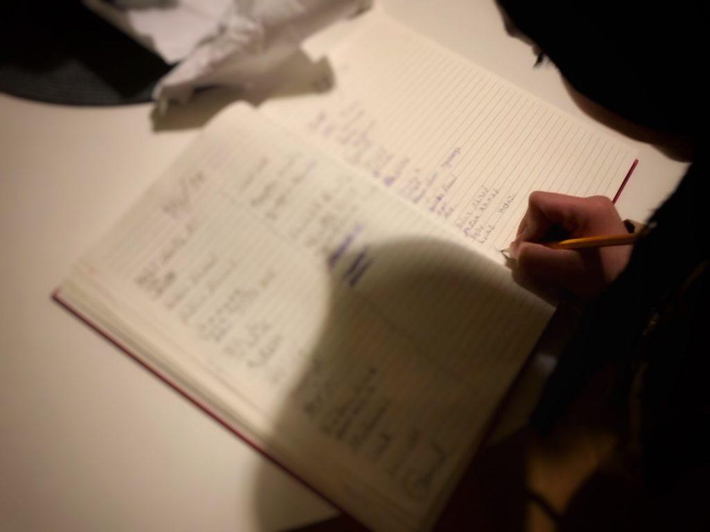 De som kommer till Folkis på tisdagskvällarna får skriva sitt namn i boken. Som mest har det varit 80 personer på plats.