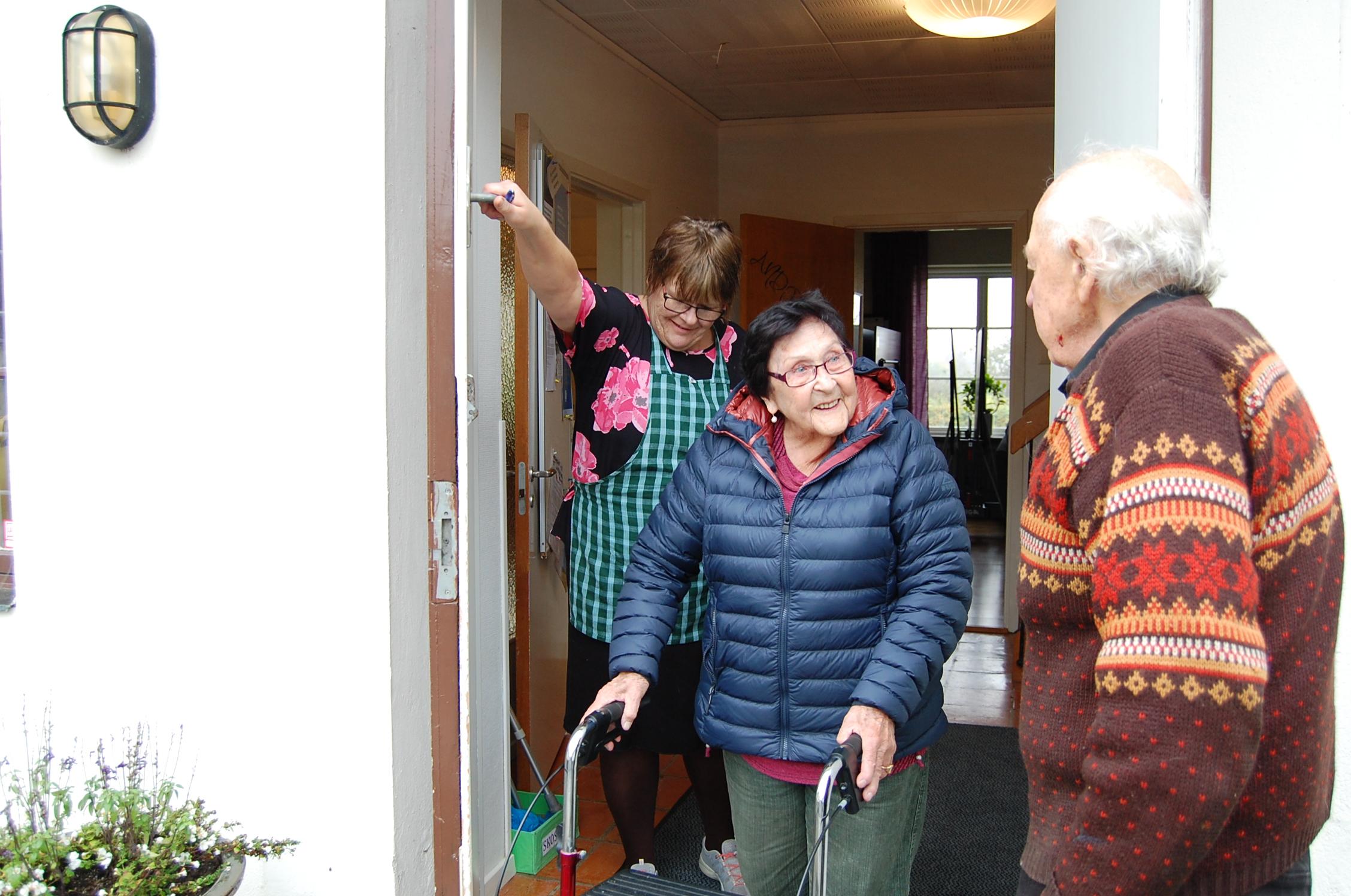 Husmor hjälper Gunbritt Sandin Pålsson Foto: Lenke Morath