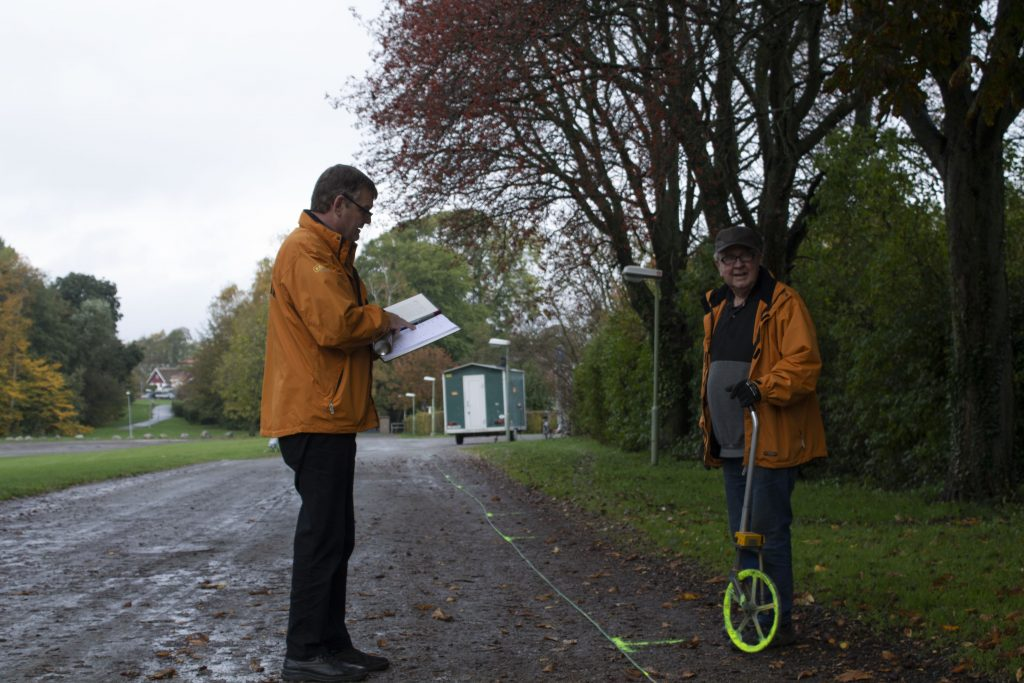Roland Hansson och Curt Carlsson hjälps åt att markera vart marknadsförsäljarna ska stå. Om bara 20 timmar är marknaden i full gång. Foto: Carolina Svalbacke