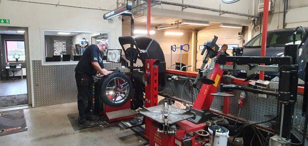 På Skurups Däckservice är man redan igång med hjulskiften inför vintern.