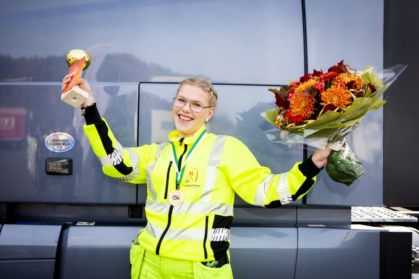 Mimmi Roslin älskar att köra lastbil. Det är naturen och människorna som lockar. Foto: Evelina Carbon