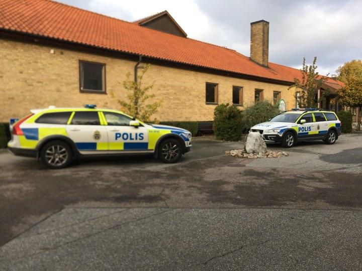 Flera polisbilar deltog vid tillslaget mot internatet på Skurups folkhögskola.