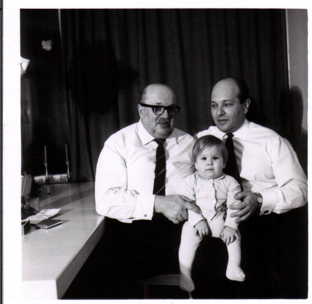 Några av männen i min släkt. Min farfars pappa, min farfar och min pappa sittandes i knät. Foto: privat