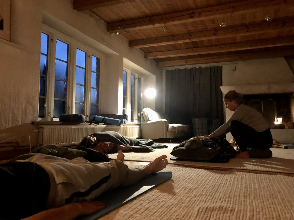 Paula Vendel ger reikihealing, en metod som går ut på att energi flödar från hennes händer till mottagaren.