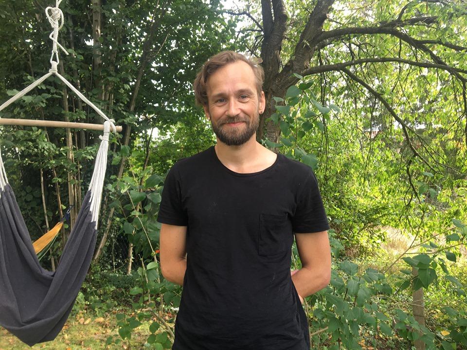 Mårten Dahlrot i sin trädgård.