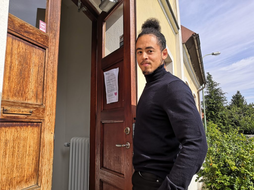 Ajamo Maru som läser folkmusik upplever att coronarestriktionerna är en större utmaning i undervisningen än på internatet.