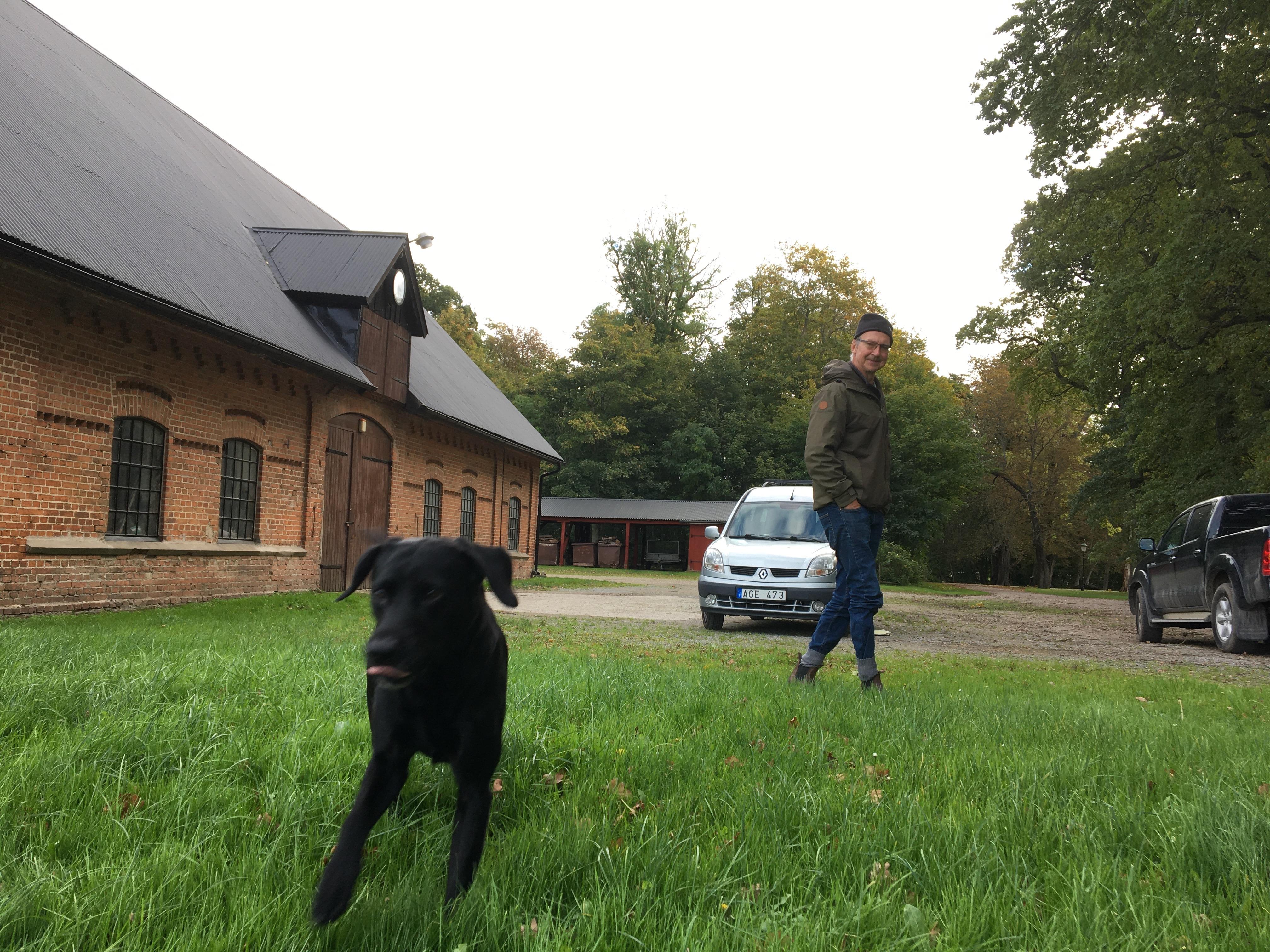 Hunden Joff Joff är hela 7 år men ganska barnslig. Han hjälper husse Rickard Alwén vid jakten.