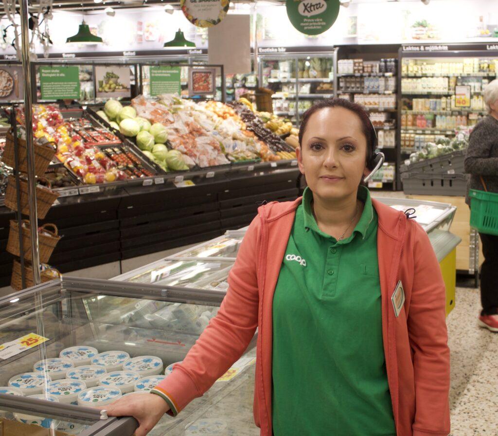 För Assal Åkerlund på Coop är det tydligt att färre av butikens kunder väljer att köpa plastpåsar när de handlar.