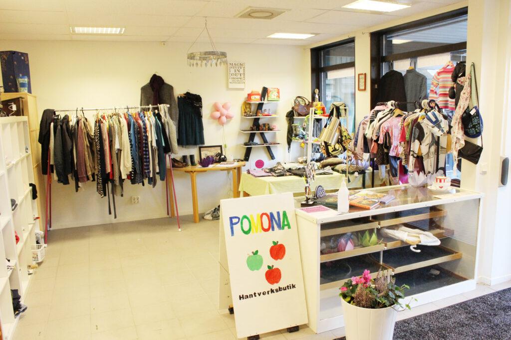 I Pomonas shop kan man köpa massageoljor, kläder och annat smått och gott som brukarna skapat. Tidigare kunde privatpersoner lämna in kläder och få de lagade men inte nu längre.