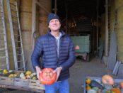 Mats Persson odlar flera olika typer av pumpor som han säljer i en lada på sin gård.