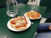 Skoleleverna lagade pizza av sina rester.