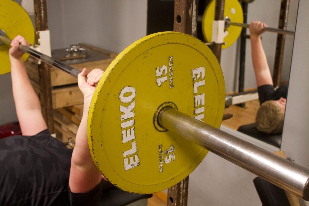 Harry tränar tre gånger i veckan och i hans program ingår marklyft, bicepscurls, rodd och axlar, med mera.