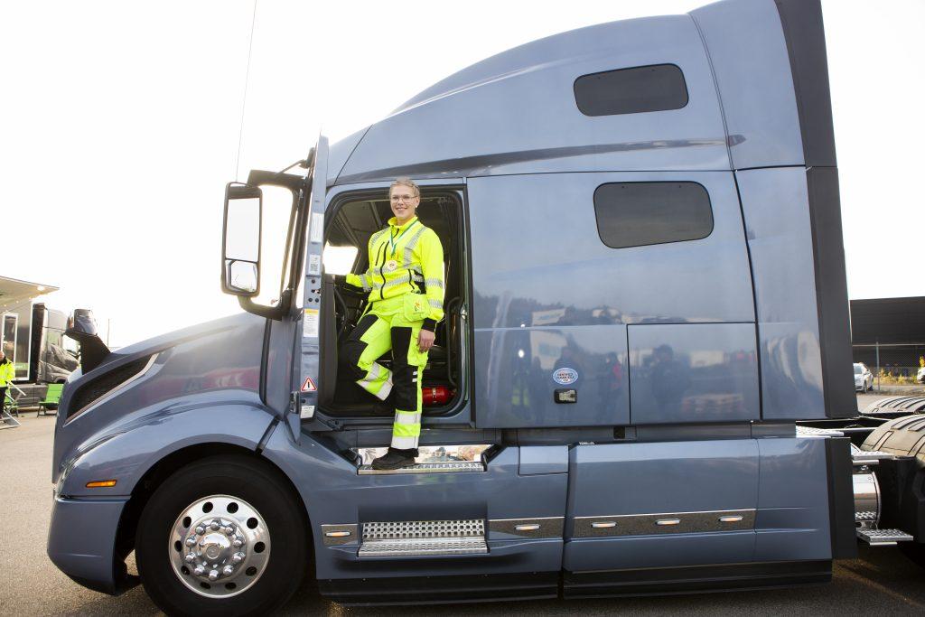 Mimmi Roslin är Sveriges bästa kvinnliga lastbilschaufför.