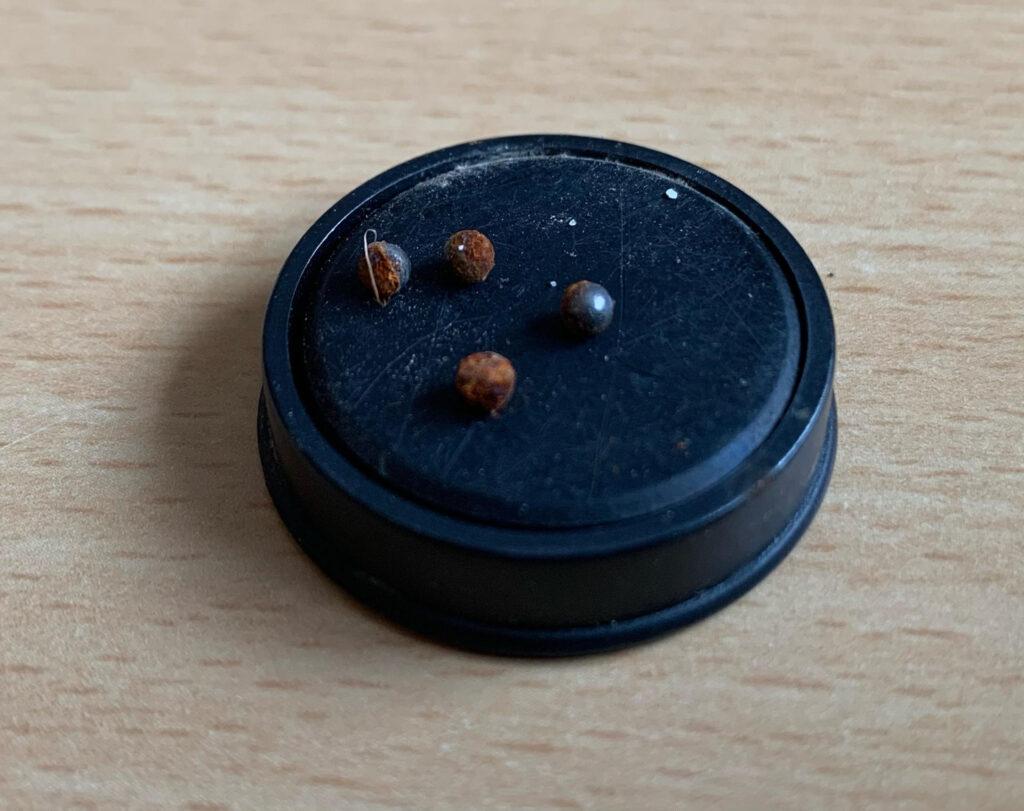 Kulorna som hittades på muren.