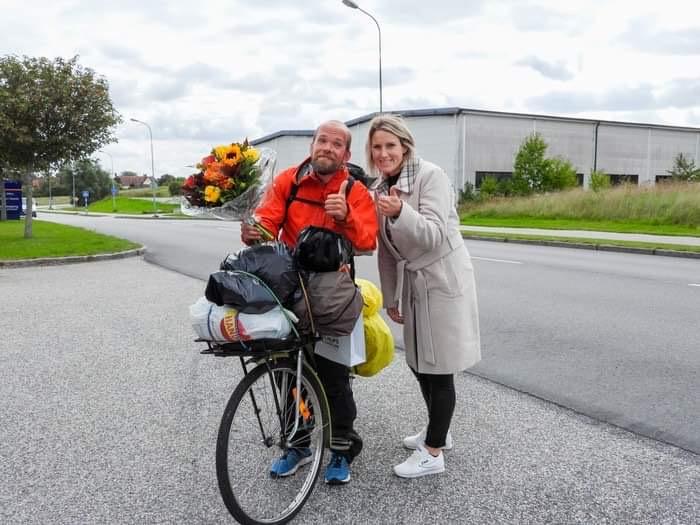 Johan Fröderberg uppvaktades av Åsa Ekblad (M) efter sin långa cykelfärd mellan Skurup och Haparanda. Ett uppmärksammande Moderaterna vill ska sättas i rutin efter goda prestationer. FOTO: Privat