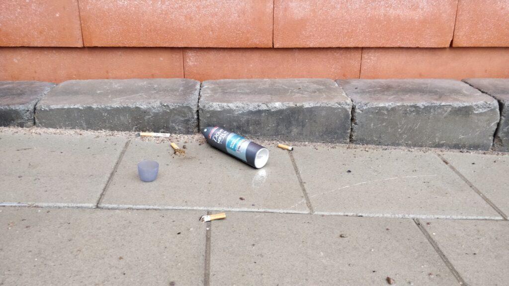 – Trygghetsvärdarna kan inte ta deodoranterna ifrån dom, men det kan polisen göra, säger kommunpolisen Mikael Svensson.