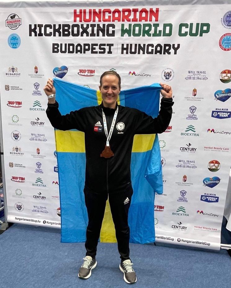 Annika Berglund från Skurup satte direkt sin prägel på den internationella kickboxningsscenen och tog brons i sin första tävling utanför Skandinavien. FOTO: Privat