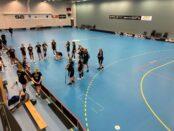 Taktisk genomgång inför sista träningen innan seriepremiären. Foto: Karl Ljungberg