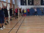 Deltagarna i Skurups gymnastikklubb träffas varje torsdagkväll i Rutgerskolans gymnastiksal för en timmes träning.