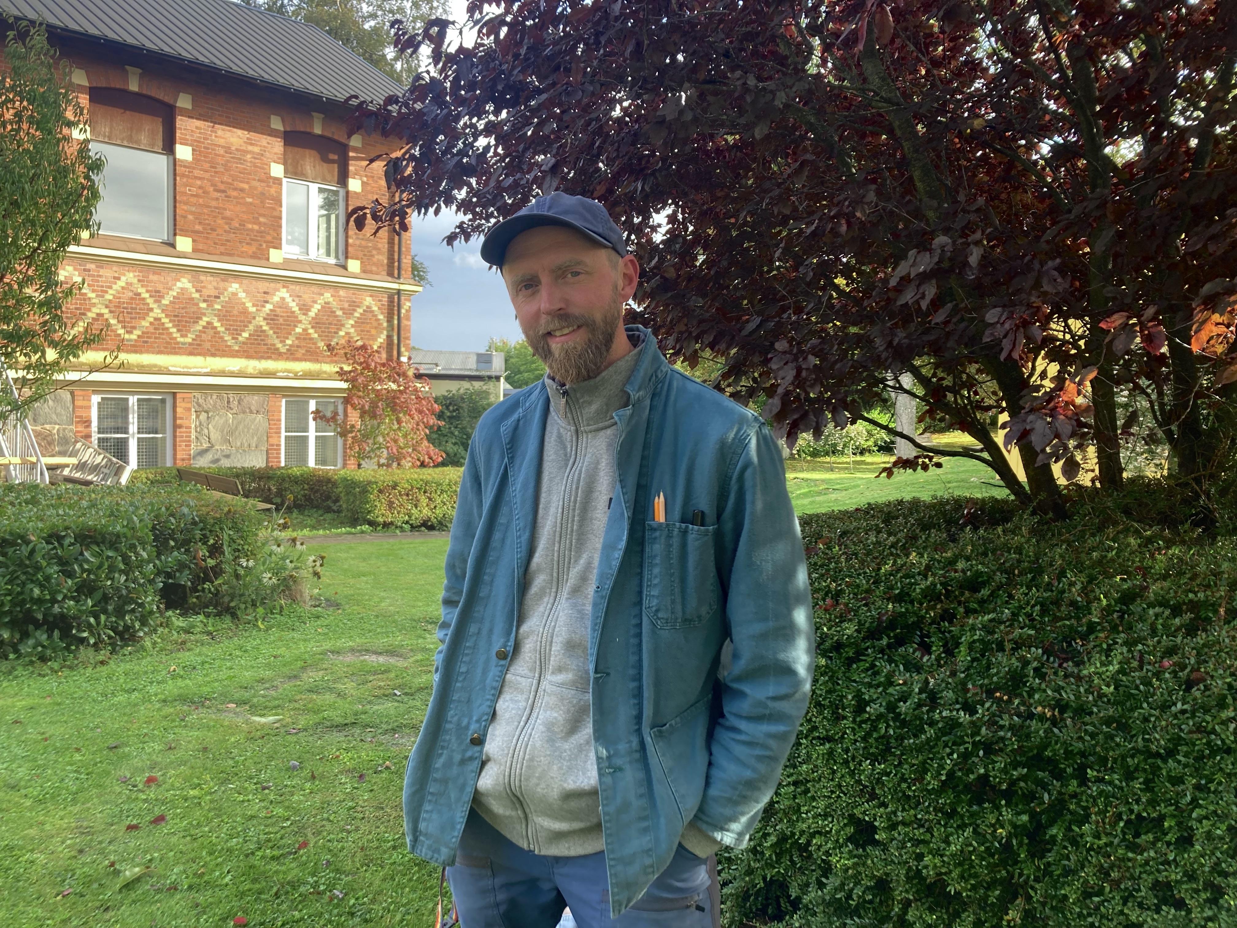 Tillsammans med en kompis byggde Malk Gustafsson UFO baren i sin trädgård. Namnet kommer från att de kände sig som UFOn och var intresserade av Sci-Fi serier.