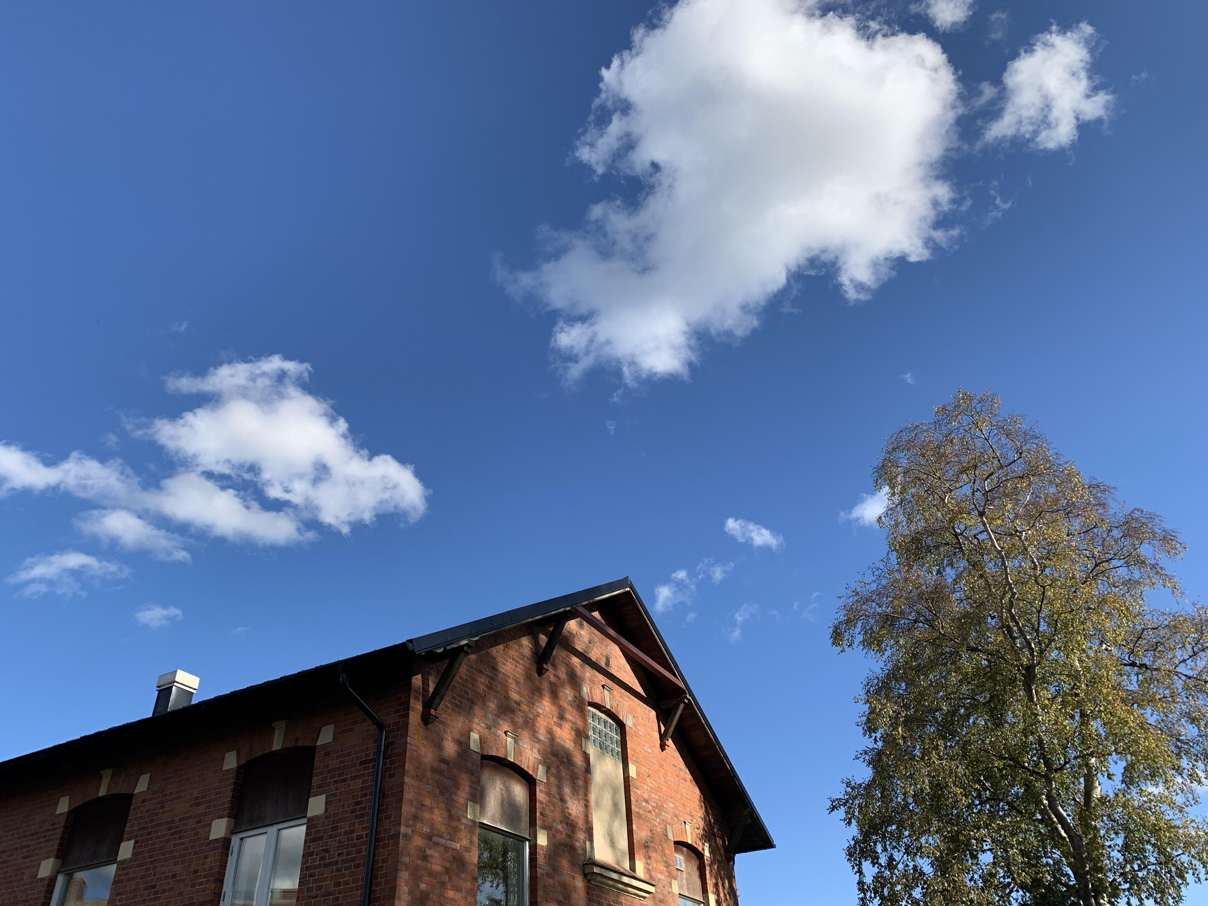 Lätta moln över Journalistbyggnaden i Skurup. Här formas framtidens journalister.