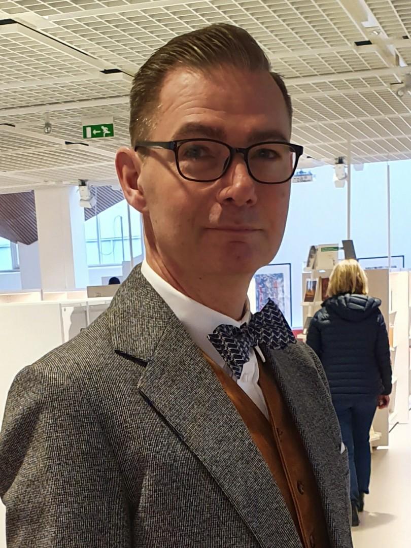 Författaren och bibliotekarien Magnus Cadier iförd sin morfars kostym och morfars fars väst. Foto: Mikael Cadier